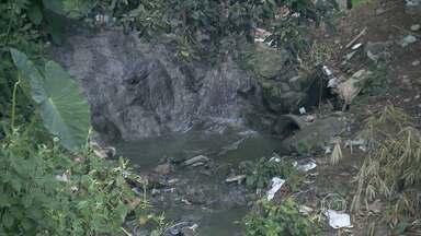 Moradores de Contagem reclamam de obra paralisada no Córrego do Pica-Pau - Mau-cheiro e sujeira são rotina para quem vive próximo ao local.