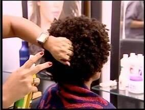 Moda do cabelo afro está em alta - É uma boa opção para manter os cachos.