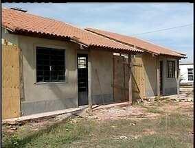 Obras de casas populares em Casimiro de Abreu, RJ, estão atrasadas - Entrega das 60 moradias está prevista para o dia 31 de maio.Casas começaram a ser construídas em 2011.