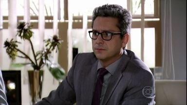 Stenio fica tenso ao saber do telefonema de Théo - Lena acredita que Lívia armou para se hospedar no mesmo hotel que o capitão. Mustafa questiona Stenio sobre a investigação de Helô