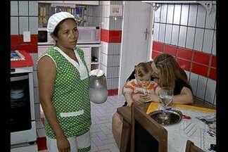 Empregadas domésticas comemoram a regularização da jornada de trabalho - Um mês depois da entrada em vigor da Pec dos empregados domésticos, tem trabalhadora comemorando a regularização da jornada de trabalho.