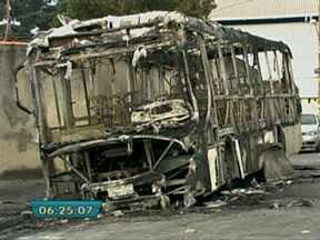 Passageiros enfrentam falta de ônibus após ataques na Zona Leste - Os ataques aos ônibus que ocorreram na noite de sábado (4) na Vila Curuçá, Zona Leste de São Paulo, tiraram os veículos de circulação e complicam a vida dos passageiros que utilizam a linha 2626 Jardim Nazaré/Terminal Parque Dom Pedro.