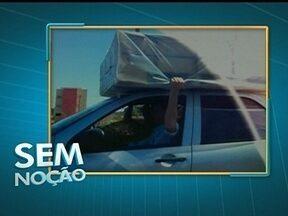 Motorista transporta cama em coma de veículo na BR-040 - Na BR-040, na altura de Valparaíso, um motorista transporta uma cama box em cima do veículo, completamente solta, segura somente pela mão dele. Ele coloca em risco a própria vida e a das outras pessoas.