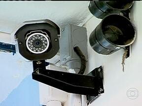 Colégios estaduais de São Paulo vão ser monitorados por câmeras de segurança - A partir de agora, todos os colégios estaduais de São Paulo e da Região Metropolitana, vão ser monitorados por câmeras de segurança para evitar roubos e invasões. As imagens chegarão até quatro centrais de monitoramento da polícia.