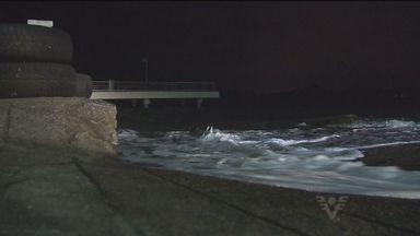Nesta terça-feira os ventos fortes provocaram ressaca nas praia da Região - Os ventos chegaram a atingir 50 km em alguns pontos.