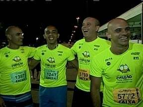Alex Escobar rouba a cena na abertura da segunda temporada do 'Circuito Corujão' - Apresentador do 'Globo Esporte' e outras personalidades participaram das provas.