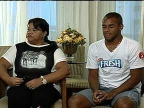 Fellipe Bastos se emociona ao lembrar dificuldades e revela cobranças da mãe - Jogador do Vasco conta como foram seus primeiros passos no futebol e apoio da Dona Damiana.