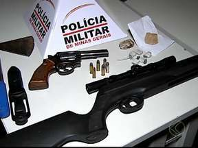 Corpo e ossada são encontrados em possível cemitério clandestino de MG - Afirmação é da Central de Operações da PM de Uberlândia.Restos mortais foram encontrados nesta sexta durante operação da PM.