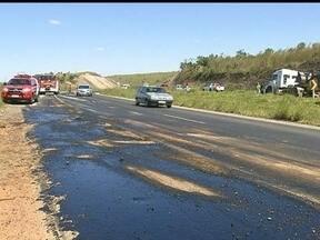 Trecho da BR-060 atingido por derramamento de óleo é liberado - O óleo teria sido derramado por um caminhão. A Polícia Rodoviária pede atenção redobrada dos motoristas.