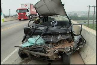 Polícia vai investigar causa de acidente em estrada - Um homem morreu na estrada de Santa Isabel neste sábado (11). Ele dirigia um carro que bateu de frente com um caminhão. A esposa da vítima contou que eles haviam discutido.