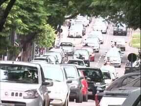 Trânsito de Umuarama irrita motoristas - O congestionamento em horários de pico é uma das maiores reclamações dos motoristas. A cidade, que já tem mais de 65 mil veículos, tem o desafio de melhorar o trânsito na região central.