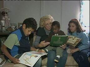 """Missionária """"adota"""" dezenas de crianças brasileiras - Mary nasceu nos Estados Unidos e há 32 anos veio para o Brasil. Aqui ela cuidou de dezenas de crianças em risco social e se tornou mãe """"de coração"""" de todas elas. Cinco foram adotadas oficialmente."""
