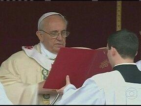 Papa Francisco celebra canonização no Vaticano - O Papa Francisco celebrou as primeiras canonizações neste último domingo (12). O Papa canonizou 800 novos santos de uma só vez.