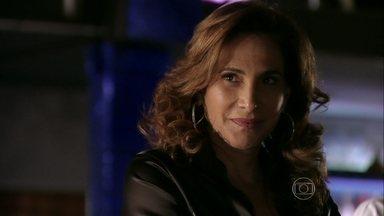 Wanda e Russo conspiram contra Lívia - Lívia fala para Rosângela que ela não pode deixar a organização. Adam avisa que Vanúbia está causando confusão no apartamento das traficadas e Russo decide obrigar a brasileira a trabalhar imediatamente