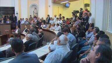 Prefeitos de PE se reúnem na Assembleia para pedir providências contra a seca - Muita gente acompanhou tudo do lado de fora. Um telão transmitia o que se passava no plenário da assembleia legislativa. O plenário ficou cheio.