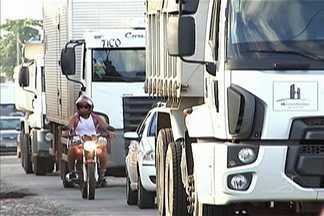 Em Timon, a população reclama do grande fluxo de caminhões no perímetro urbano da BR-316 - Em Timon, a população reclama do grande fluxo de caminhões no perímetro urbano da BR-316. Os engarrafamentos são registrados todos os dias e o risco de acidentes aumenta.