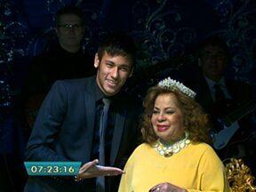 Ângela Maria recebe coroa do jogador Neymar em festa de comemoração de 84 anos - A cantora, uma das maiores divas da música popular brasileira, completou 84 anos de vida e 60 de carreira. Ela teve direito a uma festa, na noite da segunda-feira (13), na capital, cercada também de outras estrelas que a admiram.