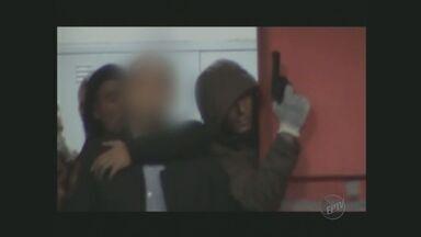 Quadrilha invade supermercado e câmeras gravam negociação entre policiais e criminosos - Foram divulgadas as imagens da negociação de uma hora e meia entre policiais e criminosos em um supermercado de Suzano (SP). Quatro suspeitos se entregaram, dois conseguiram fugir pelos fundos e um foi preso quando tentava escapar.