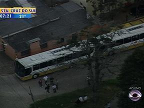 Motoristas e cobradores da linha de ônibus Menino Deus fazem paralisação em Porto Alegre - Funcionários pedem a construção de banheiros.