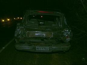 Acidente deixa duas pessoas gravemente feridas em Uruguaiana, RS - Caminhão carregado com arroz se chocou contra caminhonete na BR-472.