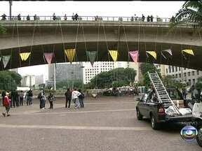 Virada Cultural transforma Vale do Anhangabaú em galeria a céu aberto - Lixo se transforma em escultura e uma ponte ficará cada vez mais iluminada quanto mais gente estiver em cima dela. Além disso, um viaduto virou espaço de lazer e abriga cadeiras de balanço.