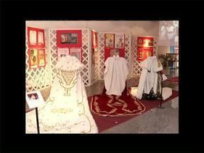 Exposição em Angra dos Reis, no RJ, conta a história da tradicional Festa do Divino - Luxo é marca registrada nas roupas do Menino Imperador.