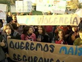 Falta de policiamento preocupa comunidade escolar de Pelotas - Pais, professores e alunos protestam em frente a escola pedindo mais segurança