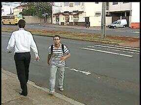 Retirada de rotatória na Avenida Tiradentes ainda gera reclamações em Londrina - A rotatória que ficava no cruzamento da Avenida Nilson Ribas foi retirada no ano passado, mas os motoristas não gostaram da mudança que também complicou o tráfego para os pedestres.