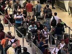Aeroporto Santos Dumont tem mais um dia de transtornos - Os passageiros que não conseguiram embarcar na sexta (17), enfrentaram longas filas de novo. O aeroporto operou com auxílio de instrumentos para pouso e decolagem. O saguão ficou lotado na manhã. Catorze voos atrasaram e 24 foram cancelados.