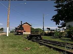 Primeira ferrovia do Brasil está esquecida e abandonada - A ferrovia foi construída em 1854. Quando fez 100 anos, em 1954, foi tombada pelo patrimônio histórico. De lá para cá são quase 60 anos do mais completo abandono, esquecida no meio do mato e encoberta por toneladas de asfalto.