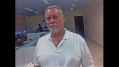 Professor morto em Rondonópolis é velado em São Paulo - O corpo do professor encontrado morto nesta segunda-feira (20), em sua casa na cidade de Rondonópolis, foi levado para velório na cidade de Paraguassu Paulista, interior do estado de São Paulo.