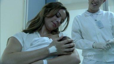 Paloma amamenta Paula - Depois de um certo desconforto entre Bruno e Paloma, o rapaz acaba permitindo que ela amamente a criança e se emociona