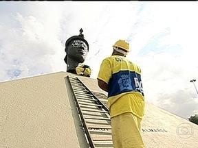 Monumento de Zumbi dos Palmares passa por limpeza após pichação - Segundo a Secretaria Municipal de Conservação, a câmera instalada em frente à escultura está sem energia. E ainda não se sabe se o equipamento fez o flagrante que poderia identificar o autor do crime.