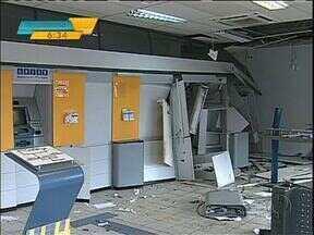 Bandidos explodem caixas eletrônicos na região de Maringá - O caso aconteceu em Borrazópolis. Na fuga, os ladrões trocaram tiros com a polícia
