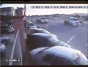 Imagens flagram imprudência de motoristas em rodovia de São Pedro da Aldeia, RJ - Frequência de acidentes no local assusta moradores.De janeiro à metade de maio deste ano, foram oito acidentes.