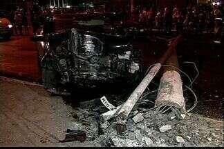 Homem morre após bater em poste na Avenida Beira Mar em Vitória - Segundo testemunhas, o motorista perdeu o controle do veículo.Médico do Samu desconfia que homem possa ter tido um mau súbito.
