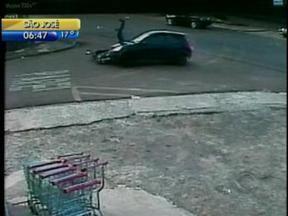 Câmera flagra colisão entre motocicleta e carro, em Concórdia - Câmera flagra colisão entre motocicleta e carro, em Concórdia.