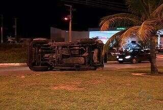 Carro colide com veículo que fazia conversão proibida em Aracaju (SE) - A colisão aconteceu em uma das principais Avenidas da zona sul da capital, apesar dos estragos causados ninguém saiu ferido.