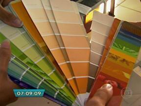 Teste evita problemas de tons na escolha da tinta para pintar a parede da casa - Muitas vezes, a cor tinta escolhida na loja fica diferente quando aplicada na parede. Mas fazer um teste pintando um pedaço da parede pode ajudar a avitar problemas em relação ao tom desejado.