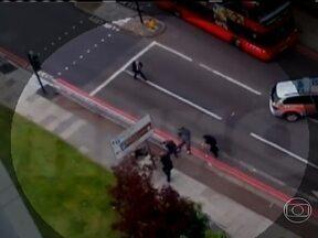Vídeo mostra ação da polícia britânica após morte de soldado no meio da rua - Um dos suspeitos corre em direção ao carro da polícia que acabava de chegar. Os policiais reagem e atiram nele e no outro homem, que tinha uma arma. Os dois suspeitos ficam caídos no chão. Eles continuam hospitalizados.