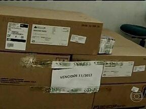 Medicamentos de alto custo são encontrados vencidos no MT - As caixas estão empilhadas no depósito onde ficam armazenados os medicamentos de alto custo, todas cheias. O almoxarifado é administrado pelo Instituto Pernambucano de Assistência e Saúde. Em uma nota, a entidade admitiu as falhas.