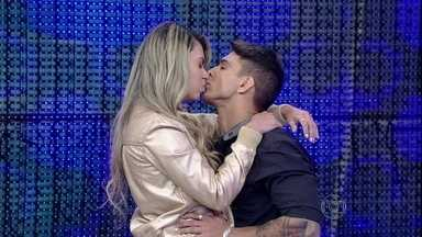 Qual casal está mentindo na prova do beijo técnico? - Times palpitam no game do Domingão