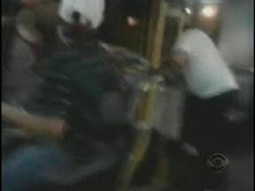 Discussão dentro de ônibus é filmada por passageiros em Blumenau - Discussão dentro de ônibus é filmada por passageiros em Blumenau.