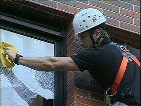 Vidros e fachadas de prédios devem ser limpos por empresas especializadas - Alguns equipamentos podem facilitar a limpeza, mas funcionários dos condomínios ou empregadas domésticas nunca devem se arriscar.