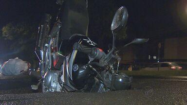 Asfalto cede e moto cai em buraco em Ribeirão, SP - Motorista foi surpreendido, mas conseguiu escapar de buraco.