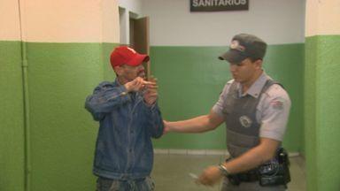 Deficiente auditivo é preso tentando assaltar mulher em Ribeirão, SP - Vítima estava em agência bancária na Rua Américo Brasiliense.