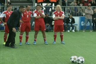 Ator Will Smith cobra pênalto bizarro antes da final da Liga dos Campeões - Ator participou de uma brincadeira em Wembley, antes da decisão entre Bayern e Borussia.
