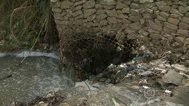 Moradores de bairro em Ibirité reclamam de sujeira de esgoto e descaso - Segundo eles, uma obra inacabada no córrego que corta a região teria agravado os problemas.