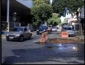 Enorme cratera atrapalha o trânsito no Centro de Governador Valadares - Buraco fica na esquina das ruas Quintino Bocaiuva e Omar Magalhães.