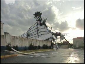 Temporal destelha três fábricas em Auriflama, SP, e traz transtornos - Três fábricas em Auriflama (SP) foram destelhadas na tarde desta terça-feira (28) depois de um temporal com ventos fortes na cidade. A chuva de granizo e a ventania duraram cerca de 20 minutos e provocaram estragos.